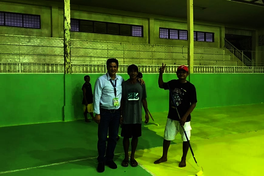 BUKIDNON. Kibawe town mayor Reynaldo Rabanes personally checks the municipal gym of Kibawe in preparation for the Open basketball tournament on Dec. 4-8. (Contributed photo)