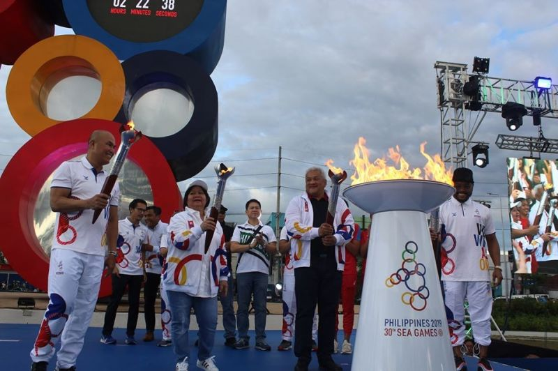 Pampanga Vice Governor Lilia Pineda, Angeles City mayor Carmelo Lazatin Jr, Mabalacat City Mayor Cris Garbo, BCDA President Vince Dizon, CDC President Noel Manankil, and singer apl.de.ap lead the South East Asian Games 2019 Torch Run at the Bayanihan Park in Balibago, Angeles City on Saturday. (Photo courtesy of Jomes Sugui)