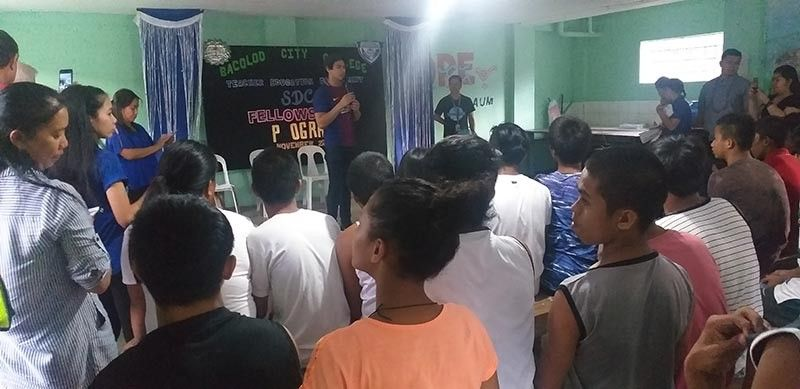 Bacoleño actor Migo Adecer (center) shares an inspiring message with the children in conflict with the law at the Social Development Center in Bacolod City Friday. (Erwin Nicavera)