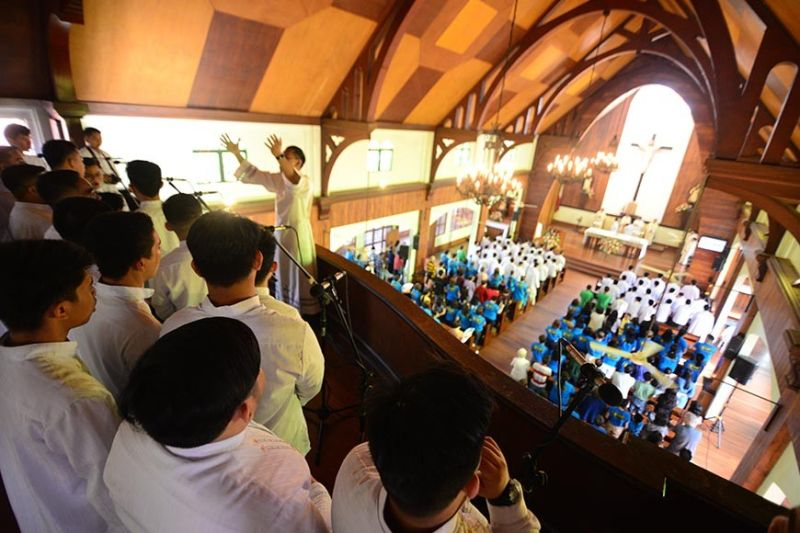 ILOILO. Seminarians of the Saint Vincent Ferrer Seminary Choir sing during the mass celebrated by Jaro Archbishop Jose Romeo Lazo at the 67-year-old SVFS Chapel. The mass was attended by alumni, seminarians and their families, lay faculties and guests on Sunday, November 24, 2019. (Leo Solinap)