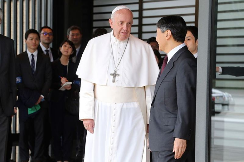 JAPAN. Pope Francis (center) prepares to leave after meeting with Japan's Emperor Naruhito (right) at the Imperial Palace in Tokyo, Monday, November 25, 2019. (AP)