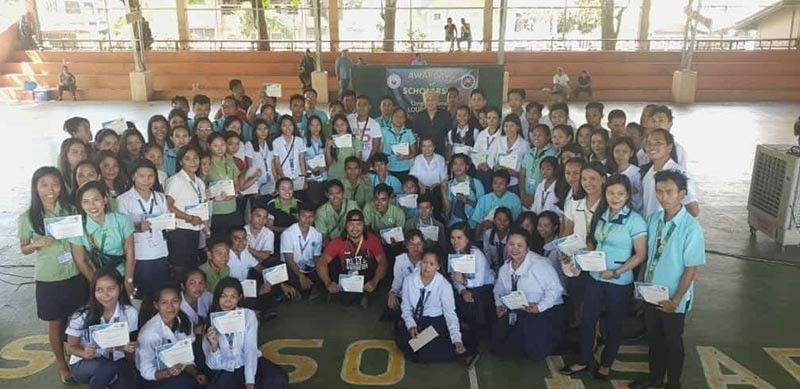 BACOLOD. Negros Occidental Representative Maria Lourdes Arroyo poses with her scholars during the awarding of their scholarship subsidy in Isabela on November 24. (Carla N. Canet)