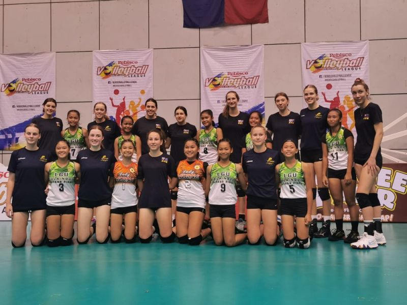 MANILA. Mga magduduwa gikan Talaingod, Davao del Norte ug Australia nagpahulagway human ang exhibition games sa side event sa Rebisco Volleyball League sa Ynares Sports Arena sa Pasig City. (PSC)