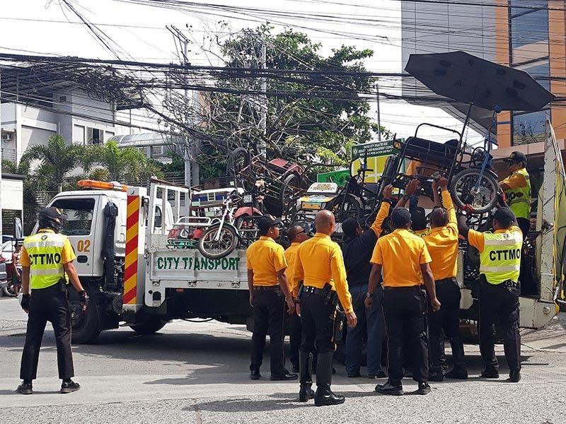 DAVAO. Gihakot sa mga personahe sa Davao City Transport and Traffic Management ang daghang mga traysikad karga sa trak kagahapon sa buntag, Nobyembre 25, sa dalang Jacinto, siyudad sa Davao, atol sa ilang gilusad nga