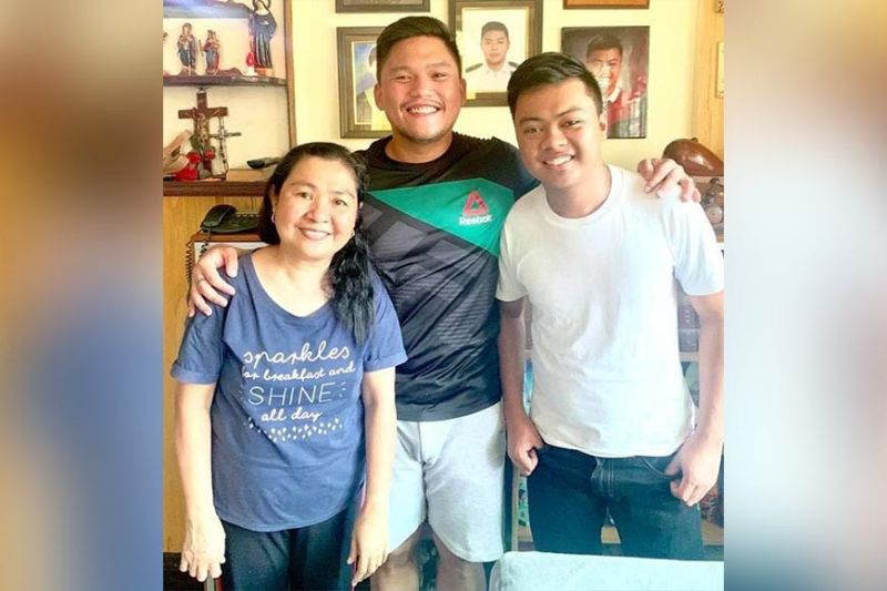 SURPRISE VISIT. Talisay City Mayor Gerald Anthony Gullas (center) drops by the Mahilum residence in Barangay Dumlog to personally congratulate the board topnotcher (right) and his mother, Lorna. (From Mayor Gullas' Facebook page)