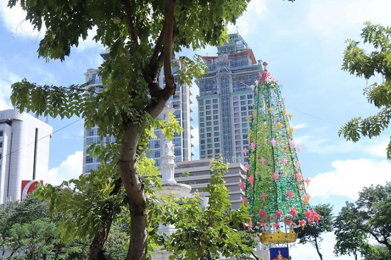LIMITED TIME. If the Cebu City Government pushes through with its plan to cut electricity costs, the lights on the giant Christmas tree at the Fuente Osmeña Circle will only be on between 6 and 10 p.m. (SunStar photo / Amper Campaña)
