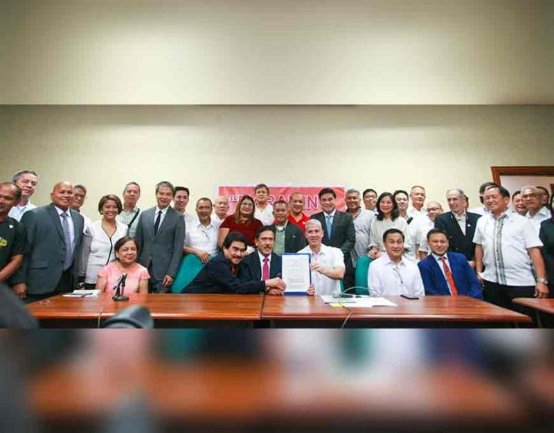 MANILA. Senate President Vicente Sotto (seated third from left) with Negrense Senator Juan Miguel Zubiri and other senators turn over the copy of the approved Senate resolution urging the executive department not to pursue the proposed sugar import liberalization to Negros Occidental officials led by Governor Eugenio Jose Lacson (seated third from right) and sugar industry stakeholders at the Senate in Pasay City Monday, November 25, 2019. (Contributed photo)