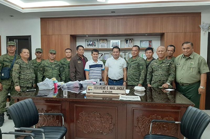 PAMPANGA. Officers of the Philippine Army Reserve Command paid a courtesy call to Mayor Rene Maglanque to disclose their plans to construct headquarters in town. (Princess Clea Arcellaz)