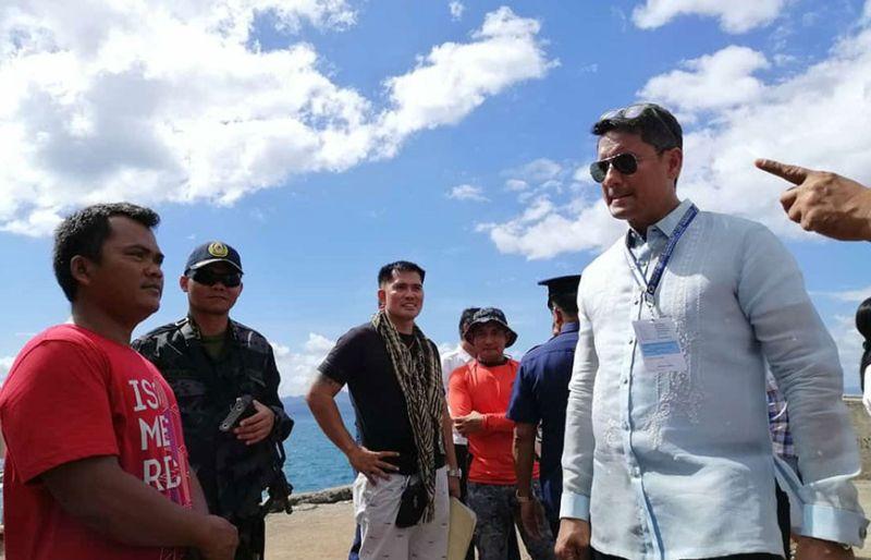 ALARMA: Si Ormoc City Mayor Richard Gomez (tuo) daling misusi sa usa ka lantsa nga midunggo sa baybayon sa siyudad. Ang lantsa nga gikan sa Tawi-Tawi nagdala ra diay og tungog. (John Kevin D. Pilapil)