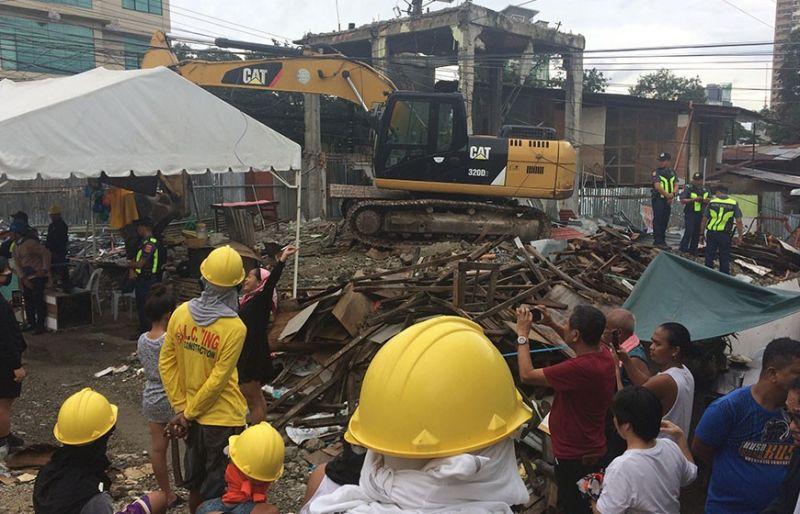 WA MADAYON: Mga lumolupyo sa Sityo Avocado, Barangay Lahug nagkuhag video sa demolition team nga motiwas untag guba sa mga balay sa dapit. (Jolissa Mae C. Taboada)