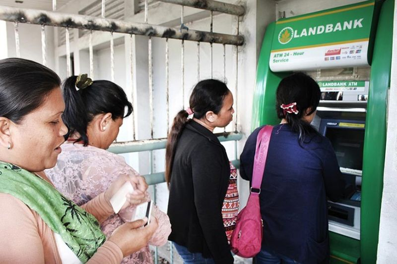 SUFFICIENT. Consumers fall in line at an ATM machine. The Bangko Sentral ng Pilipinas and the Cebu Bankers Club expect busy withdrawals starting this month as the Christmas holiday begins. (SunStar file)