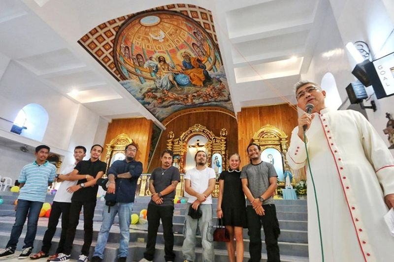 HEAVENLY CEILING. Msgr. Jaime Villanueva (holding microphone) of St. Francis Xavier Parish in Palompon town, Leyte presents the ceiling mural of the Dibuho Kisame collective on Friday, Nov. 22, 2019. With him are the artists who painted the ceiling: (from left) Dwyane Canoy, Charvin Orbeta, Benjo Tibalan, Alvin Philip Pastor, Cheno Encarnacion, Pierre Famador, Sheena Kristine Sumalinog and head artist Aris Avelino Pastor. (Alex Badayos)