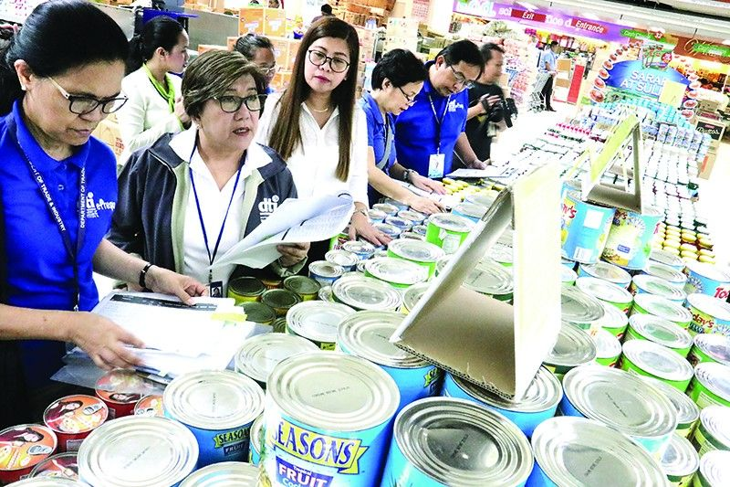 Department of Trade and Industry 7 officials led by Director Asteria Caberte check the prices of basic commodities at Colonnade Supermarket. She warns of penalties for those who don't follow the suggested retail prices of meat, chicken and noche buena items this Yuletide season. <b>(Amper Campaña/SunStar Cebu)</b>