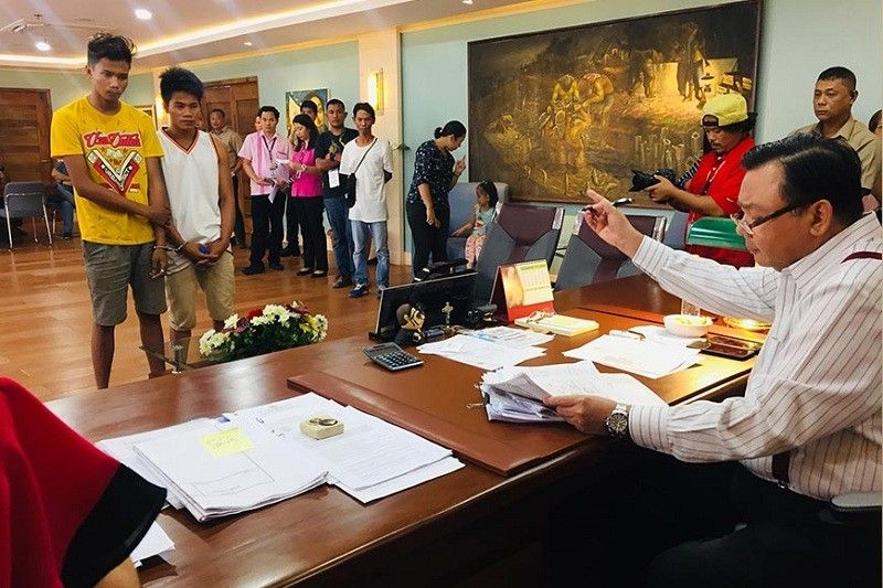 ILOILO. Send them to jail. This was what Iloilo City Mayor Jerry Treñas (right) told the police on Tuesday, November 26, at the Iloilo City Mayor's Office when he saw the two suspects, Alvin Salomeo and Jeffrey Palma, who allegedly cut half the palm tree in Iloilo City early Tuesday morning. (Leo Solinap)