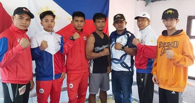 SEAG BOUND. BENGUET based kickboxers Renz Dacquel (second from left) and Karol Maguide (third from left) is flocked by their coaches together with Highland Boxing promoter Brico Santig (third from right) and Highland Boxing Gym manager Darwin Miller (right). (Contributed photo)
