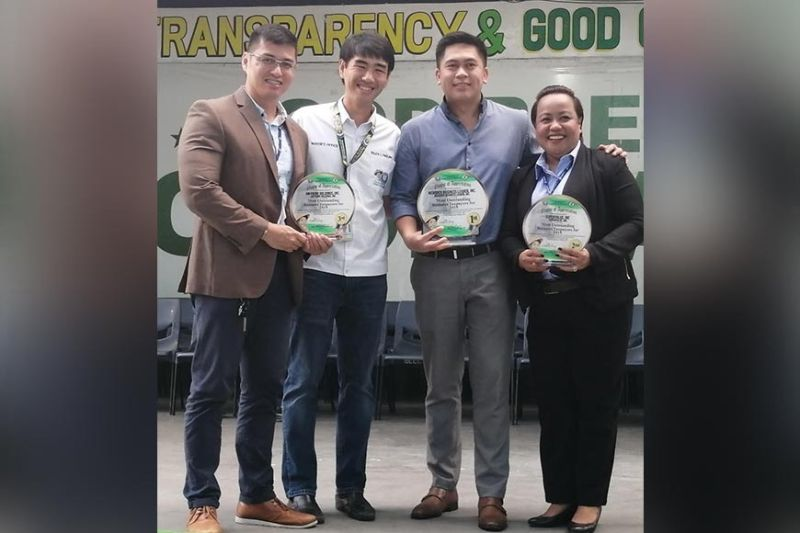 PAMPANGA. (L-R) SM City Olongapo Downtown Assistant Mall Manager Denmark Desolo holding the Plaque of Appreciation for SM Prime Holdings Inc., which ranked 3 in the Olongapo City's Most Outstanding Business Taxpayers 2019, Olongapo City Mayor Rolen Paulino, The SM Store Branch Manager Geoffrey Geronimo for Meridien Business Leader No. 1 and SM Supermarket Assistant Store Manager Happie Lagera No. 2. (Contributed Photo)