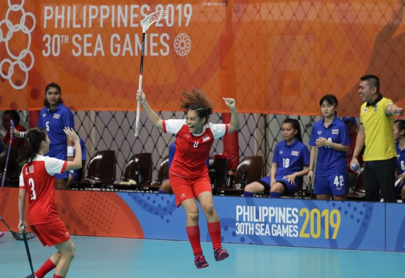 MANILA. Singapore's floorball player Siti Nurhaliza Khairul Anuar celebrates after scoring a goal during their women's preliminary round match against Thailand at the 30th South East Asian Games in Manila, Philippines on Wednesday, November 27, 2019. (AP)