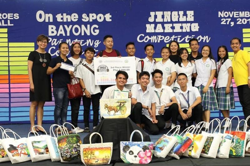 PAMPANGA. Regina Rodriguez, Rafael Maniago, Jerwin Dayrit, and Stacey Keach exhibiting their artworks during the on-the-spot bayong contest. (Photo by CSF-CIO)