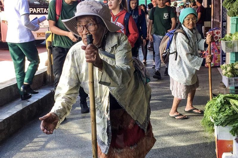 BAGUIO. Elders beg from pedestrians and passengers along Gov. pack Road in Baguio City. The Department of Social Welfare and Development (DSWD) reiterates its appeal to the public to refrain from giving alms to street children, homeless individuals, and members of Indigenous Peoples' (IP) groups pursuant to Presidential Decree (PD) No. 1563 or the Anti-Mendicancy Law. (Jean Nicole Cortes)
