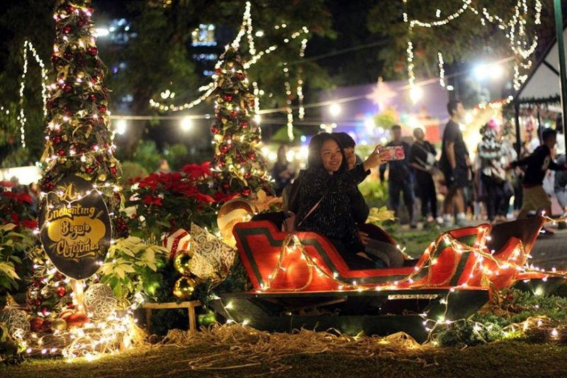 BAGUIO. Tourist and residents start flocking Rose Garden at Burnham Park to experience an Enchanting Baguio Christmas. (Jean Nicole Cortes)