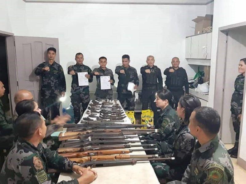 CEBU. Kuwarenta ka nagkadaiyang loose firearms ug duha ka eksplosibo ang gitahan sa mga residente sa bukirang barangay sa Dakbayan sa Sugbo sa mga sakop sa Cebu City Mobile Force Company. (Tampo nga hulagway)