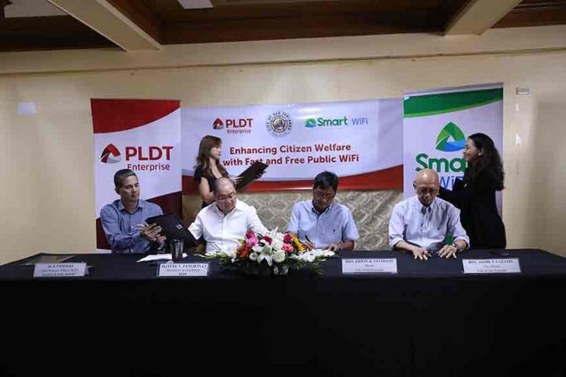 PAMPANGA. Mayor Edwin Santiago and PLDT chairman and chief operating officer Manuel V. Pangilinan signed a memorandum of agreement on November 29, 2019 at Heroes Hall for the installation of free Smart public Wi-Fi in San Fernando. Joining them are Vice Mayor Jimmy Lazatin and Smart Communications, Inc. President and CEO Alfredo Panlilio. (Photo by CSF-CIO)