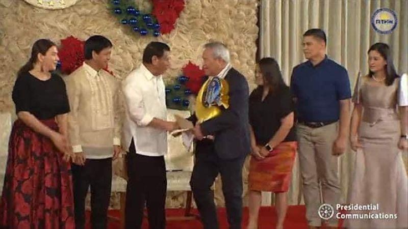 Gidawat ni Mayor Oscar Moreno ang Presidential Award nga