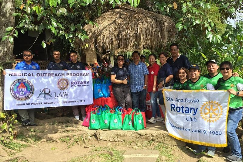 Madasigong nagpahulagway ang taga Sta. Ana Davao Rotary Club uban ni Criminal Investigation and Detection Group, Davao City (CIDG-Davao City) CIDG-Davao Region Assistant Regional Chief Milgrace Cajes Driz (tunga) ug tapad si Matigsalog Tribal Chieftain Rody Mande atol sa Gift Giving ug Medical Mission, didto sa Barangay Marilog Proper, Marilog District, Davao City, Dominggo sa buntag, Nobyembre 30, 2019.  (Jeepy P. Compio)