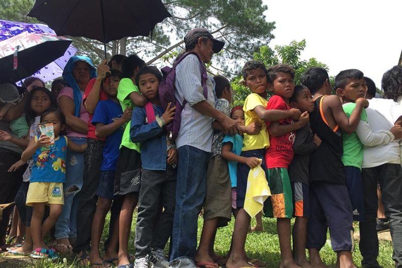 Bisan guot ang kahimtang sa linya, wala kini igsapayan sa mga batang lumad sa tribong Matigsalog ug Uvo Manuvo uban sa ilang mga ginikanan. Silang tanan nakadawat og mga regalo ug nakahimulos sa gihimong Medical Mission ug Gift Giving uban sa Criminal Investigation and Detection Group, Davao City (CIDG-Davao City) didto sa Barangay Marilog Proper, Marilog District, Davao City, Dominggo sa buntag, Nobyembre 30, 2019. (Jeepy P. Compio)
