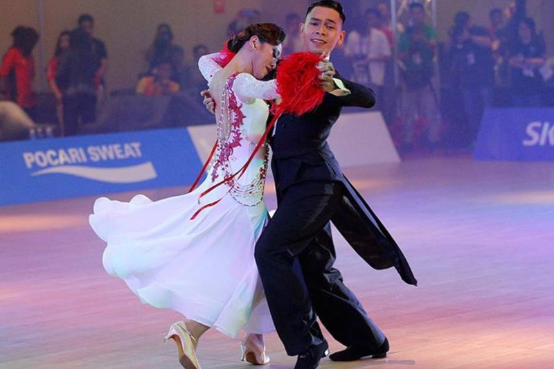 TARLAC. Philippine's Gyon Mark Jayson (right) and Renigen Mary perform during Single Dance Waltz at the 30th Southeast Asian (SEA) Games at the New Clark City, Tarlac province, northern Philippines on Sunday, December 1, 2019. (AP)