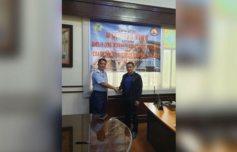 PAKIG-ALAYON. Sila si CGS Cebu Station Commander Commodore Ronnie Gil Gavan ug MCIAA General Manager/CEO Atty. Steve Dicdican nangulo sa MOA signing alang sa seguridad. (HBL)
