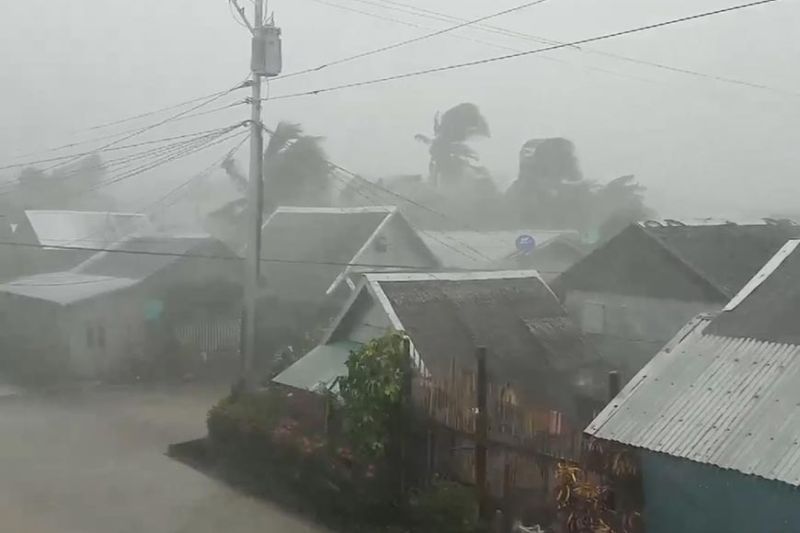 GATHERING STORM. The municipality of Gamay, Northern Samar is buffeted by wind and rain Monday afternoon, Dec. 2, 2019 hours before the eyewall of Typhoon Tisoy (Kammuri) hit the province in Eastern Visayas at 5 p.m. In Cebu, classes remain suspended in many areas Tuesday, Dec. 3, as northern and Metro Cebu have been placed under tropical cyclone wind signal Nos. 2 and 1, respectively. Tisoy has also wrecked travel schedules. (Screengrab from Gladys Castillo Vidal's Video)