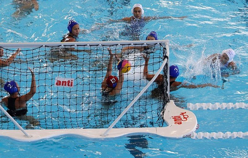 PAMPANGA. Thailand's Nirawan Chompoopuen (right) scores a goal during their 1st round robin water polo women's match against Philippines at the 30th South East Asian Games at the New Clark City, Tarlac on Thursday, November 28, 2019. (AP)  .