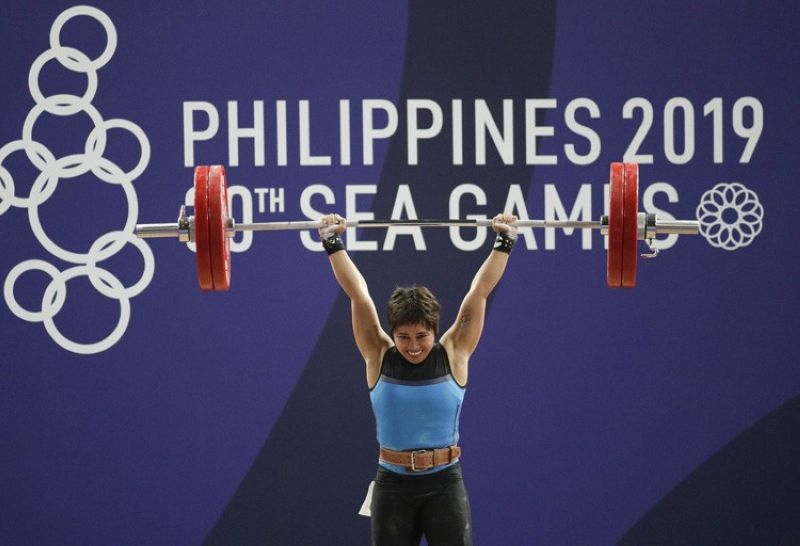 MANILA. Gold medalist, Philippines' Hidilyn Diaz smiles as she lifts during the women's 55kg weightlifting event at the 30th South East Asian Games at Rizal Memorial Sports Complex in Manila, Philippines on Monday, December 2, 2019. (AP)