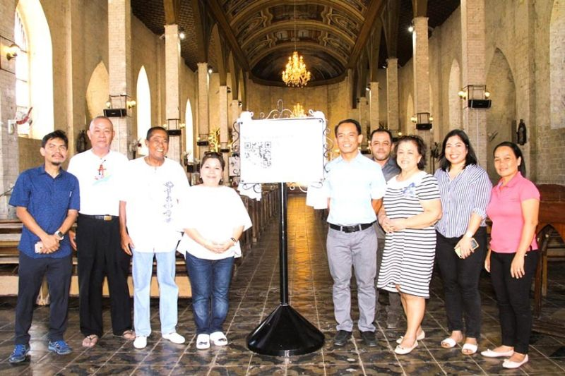 MARKING HERITAGE. Present at the unveiling of QR markers are lawyer Maria Jane Paredes of Smart Public Affairs (fourth from left); Max Limpag, co-founder of InnoPub Media (leftmost); Fr. Brian Brigoli (fifth from left) and members of Cebu Archdiocesan Commission for the Cultural Heritage of the Church; and representatives of the Nuestra Señora del Pilar Parish Church in Sibonga, Cebu. (Contributed photo)