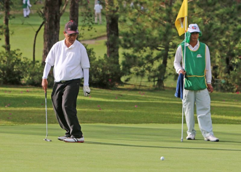 BAGUIO. Former Baguio City mayor Mauricio Domogan reacts after missing a putt in last year's Fil-Am Invitational Golf Tournament where he bagged the super senior individual championship. (SSB file photo)