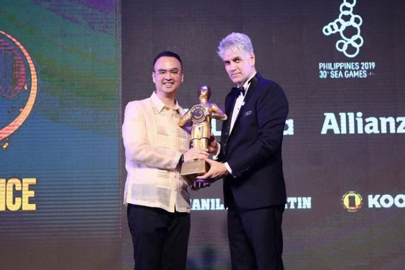 Philippine Sea Games Organizational Committee (Phisgoc) chairman, House Speaker Alan Peter Cayetano, receives the award from the Sports Industry Awards (SPIA) chief executive officer Eric Gottschalk during the SPIA conference at the Grand Hyatt Hotel in Manila last Tuesday, Dec. 3, 2019. SPIA Asia recognized Phisgoc as