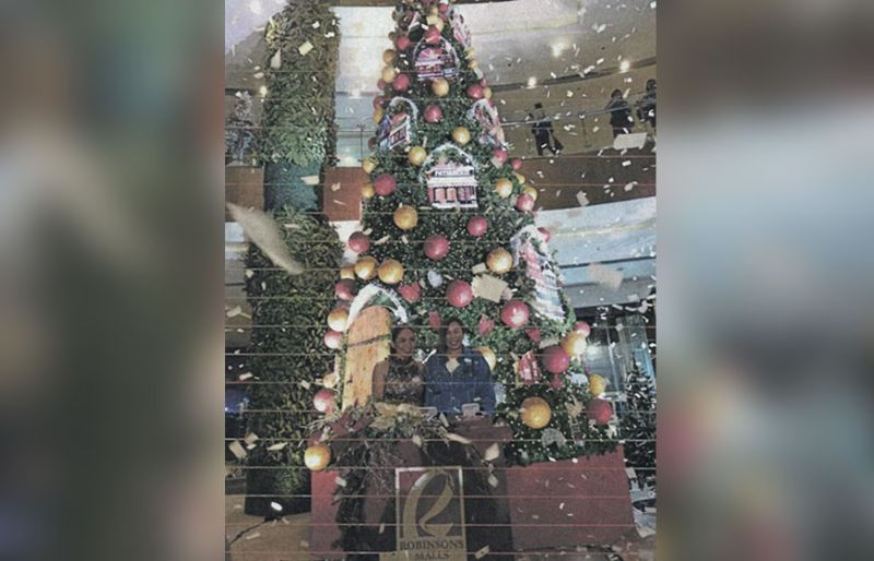 CELEBRATION. Robinsons Malls Marcomm director Kathrina Chong (right) together with the Chocolate Queen Raquel Choa, led the ceremonial Christmas tree lighting, as Robinsons Galleria Cebu kicked off its series of activities for the yuletide season.