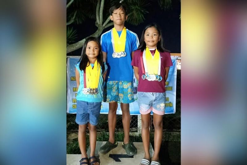 Troy Castor (center) and Chloe Villarino (right) dominated the just-concluded 3rd Sinadya Swim Meet held at Roxas City, Capiz. Also in the photo is Zyra Villarino. (Cris Bancal Photo)