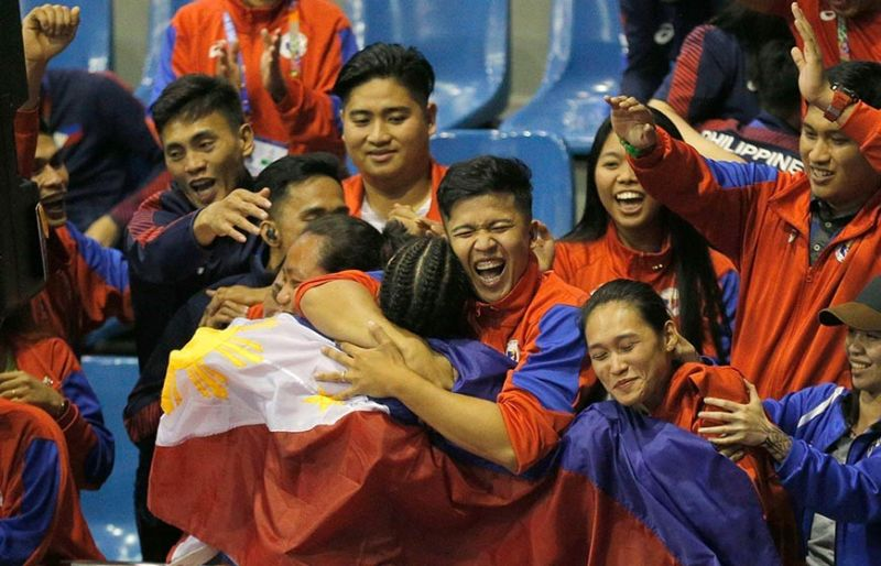 CROWD SUPPORT. Filipino fans greet Jedah Mae Soriano after she defeated Myanmar's Maw Maw Oo during their women's featherweight padded stick final. (AP photo)