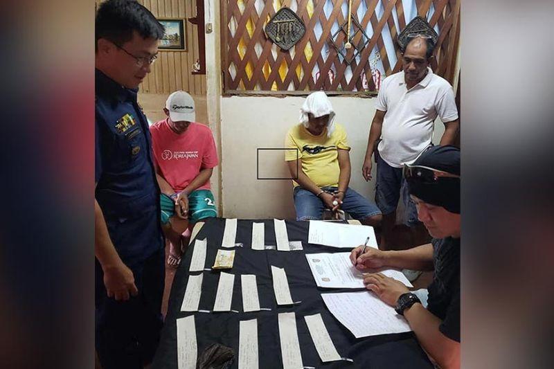 PUSHER. Nagduko ug naminghoy nga gipangposasan ang magsuon kinsa nasikop atol sa buy-bust operation sa Toril Police Station niadtong Martes. (Hulagway sa Toril PNP)