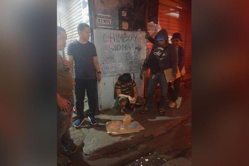 CAGAYAN DE ORO. Sikop sa kapulisan ang nagprinta ug namaligya og pekeng kwarta kaadlawon sa Miyerkules, Disyembre 4, sa Chavez Street, Barangay 3, siyudad sa Cagayan de Oro. Nasakmit usab ang mga pekeng kwarta nga tag-usa ka libo. (Hulagway gikan sa Cocpo-PS3)