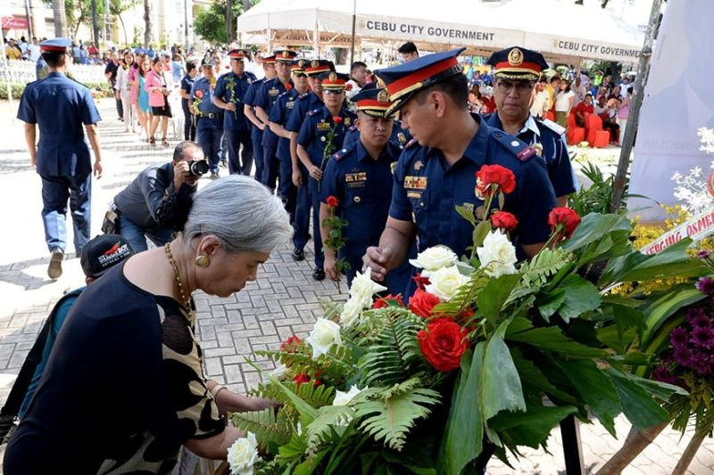 HONOR. Members of the Cebu City Police Office offer flowers at the statue of the late Senator Sergio Osmeña Jr. in Plaza Sugbu during the commemoration of his 103 rd birth anniversary. (Contributed photo)