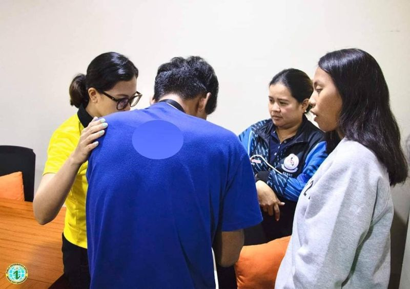 CEBU. The 21-year-old student (in blue shirt) who posted on Facebook that he was abducted by men on a white van was arrested by Danao police. (Photo from Danao City Government)