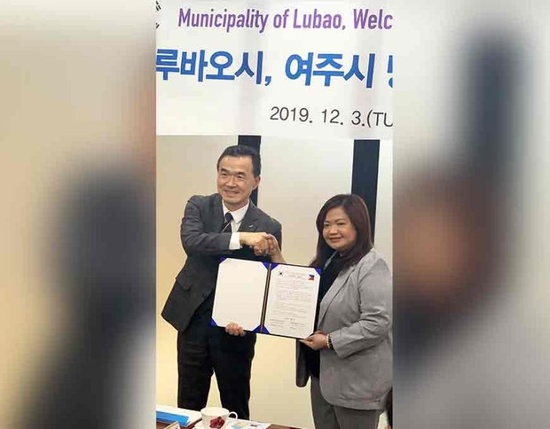 PAMPANGA. Lubao Mayor Esmeralda G. Pineda and Yeoju City Mayor Hang Jin Lee shake hands to seal the memorandum of understanding intended to send farm workers to South Korea, among other cooperations. The signing was held in South Korea on December 3. (Photo courtesy of Albert B. Lacanlale)