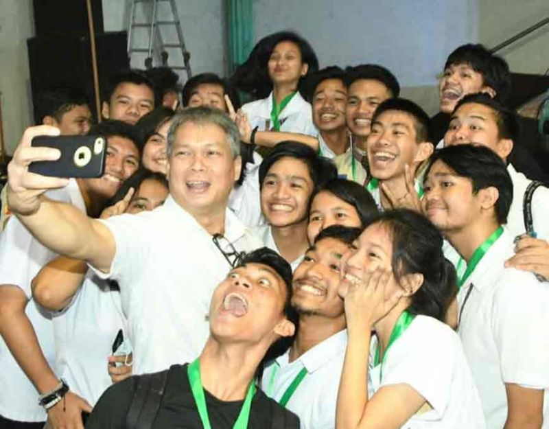 BACOLOD. Groufie with Sagay City Mayor Alfredo Marañon III. (Carla N. Cañet)