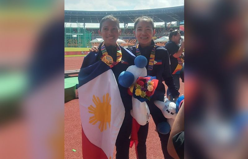GOLD-SILVER: Nagpahulagway sila si gold medalist Christine Hallasgo (wa) ug silver medalist Mary Joy Tabal (tuo) human sa ilang kalampusan sa 42-K women's marathon event sa Seag kagahapon. (Richel Chavez)