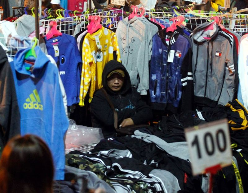 BENGUET. Prices of pre-loved and surplus jackets start to jack up at the night market in Harrison Road as temperature in Baguio City and nearby Benguet Province start to drop. (Jean Nicole Cortes)