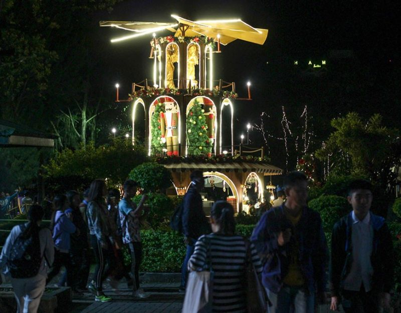 BAGUIO. The Rose Garden at Burnham Park in Baguio City serves as an attraction for both visitors and locals during the 40-day staging of An Enchanting Baguio Christmas. (Jean Nicole Cortes)
