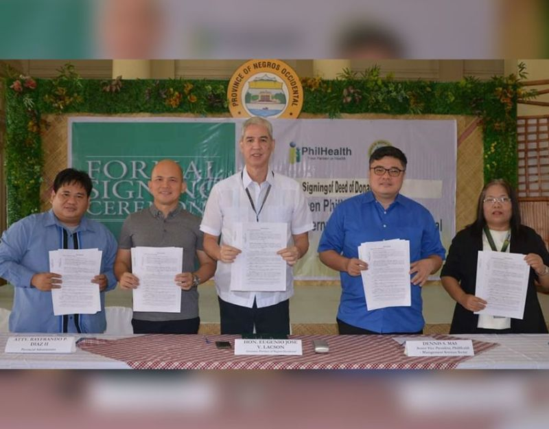 BACOLOD. Governor Eugenio Jose Lacson signs the deed of donation for a lot for PhilHealth building in a ceremony held at the Capitol Social Hall Friday, December 6, 2019.